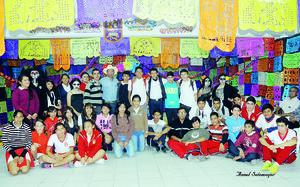 01112015 Alumnado de la secundaria, quienes también participaron en la decoración del altar.