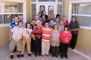 02112015 FELIZ CUMPLEAñOS.  Juan Pablo Morán Pérez celebró sus 36 años de vida junto a sus compañeros de escuela.