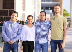 01112015 APOYAN AL SANTOS.  Jacobo, Bárbara, Javier y Andrés.