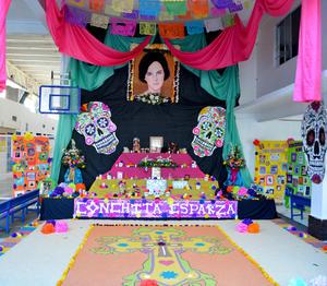 02112015 EN RECUERDO A CONCHITA ESPARZA.  Altar de muertos del Colegio América.