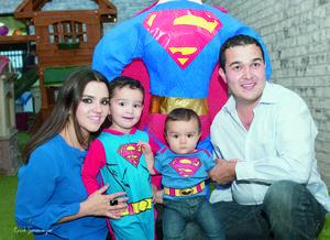 01112015 El festejado estuvo acompañado en todo momento por sus padres, Juan José y Daniela, y su hermanito Diego.
