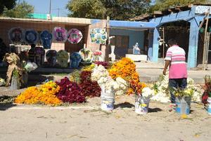 En los panteones también se ofrecen coronas de flores.