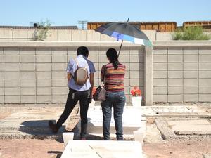 Familias ingresaron a la zona restringida del panteón Jardines del Carmen.