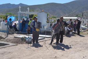 Grupos musicales acudieron a los panteones a cantar a los difuntos.