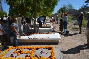 Los panteones municipales de Torreón volvieron a cobrar vida tras la visita de miles de personas que acudieron a llevar flores, a realizar labores de limpieza en las lápidas y a recordar con nostalgia, tristeza y alegría a todos aquellos que ya no están en el plano terrenal.