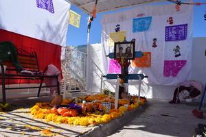 En San Pedro, colocaron un altar en una de las tumbas.