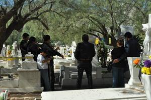 Laguneros llevaron música a sus difuntos en los panteones de Torreón durante el Día de Muertos.