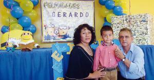 04112015 CUMPLE 4 AñOS.  Gerardo con sus abuelos, Verónica y Gerardo.
