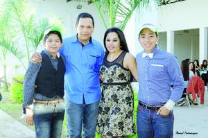 05112015 FESTEJA SUS XV AñOS.  Omar Alvarado Nava con sus papás, Adriana Nava Galván y Enrique Alvarado Barrientos, y su hermano menor.
