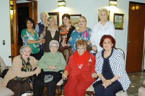 07112015 ONOMáSTICO.  En una residencia del Campestre de Gómez Palacio, Dgo., festejó su cumpleaños Yolanda Balza de Aguirre.