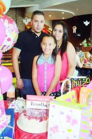 07112015 FESTEJA 9 AñOS.  Renatha Cruz Palacios, con sus papás, Ricardo Cruz Borrego y Brenda Palacios Tenorio.