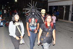 Algunos jóvenes recorrieron la avenida Morelos con máscaras.
