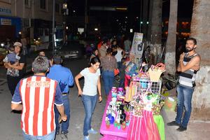Para esta ocasión los organizadores contaron con el apoyo de algunos establecimientos comerciales que se colocaron provisionalmente en el paseo para ofrecer o exhibir sus productos.