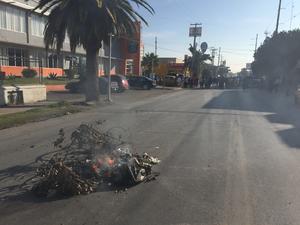 Los manifestantes quemaron basura para presionar en su demanda de que los atendiera el secretario de Finanzas, Ismael Ramos.