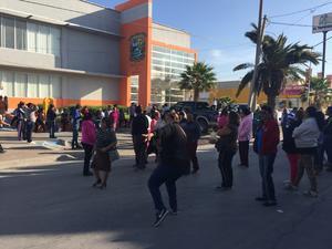 Por espacio de una hora, alrededor de 50 ciudadanos bloquearon la calzada Ávila Camacho frente a Recaudación de Rentas.
