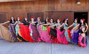 08112015 Tribu de danza gitana del Centro de Arte y Movimiento Yenisey antes de subir al escenario en el Museo del Ferrocarril en el Festival Día de Muertos.