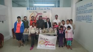 09112015 POR UNA NOBLE CAUSA.  La Asociación de Foodtruck Laguna juntó 155.4 kg. de alimentos, de los cuales, por medio del movimiento 'No estás solo', se donaron a la Fundación Gosén Internacional A.C., la cual repartió los kilos de despensas a diferentes casas hogares, en las que estuvieron Fundación Abrázame A.C. y Casa Hogar Joyas del Rey A.C., además de varias familias de bajos recursos de la Colonia Ampliación Zaragoza Sur.