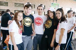08112015 EN EL COLE.  Cecy, Fer, Carlos, Isabela y Daniela.