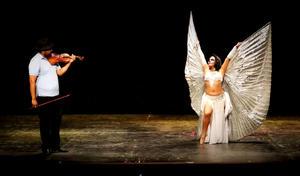 08112015 Maestra Yenisey de la Cruz bailando con alas de Isis acompañada del violinista Ulises Barajas.