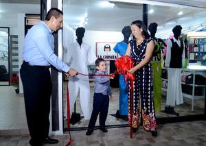 08112015 El corte del listón estuvo a cargo de los señores Juan García Reyes y su esposa Leticia López Ramírez y el niño Gael García López.