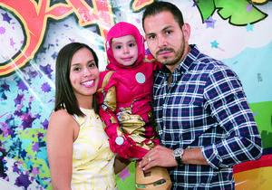 08112015 DIVERTIDA PIñATA.  Gisel Martínez y Josdel Quiñones con su pequeño hijo, Santiago, quien cumplió 4 años.