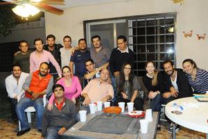 10112015 FELICIDADES.  Víctor Carlos en compañía de sus amigos en su festejo de cumpleaños.