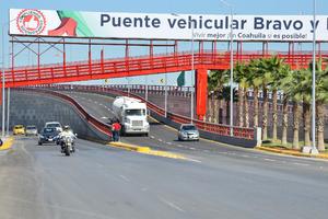El paso superior tiene dos carriles de circulación por sentido de 3.5 metros cada uno, una barrera central y 2 mil 230 metros cuadrados de estructura.