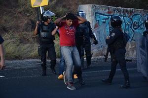 Los normalistas respondieron y lanzaron piedras contra los agentes.