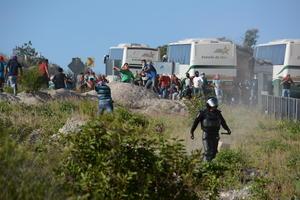 La trifulca comenzó alrededor de las 17:00 horas a la altura del kilómetro 2 del túnel, en dirección a Tixtla, cuando los elementos estatales -acompañados de patrullas de la Policía Federal y el Ejército-, pararon dos de los autobuses en los que iban más de 200 normalistas.