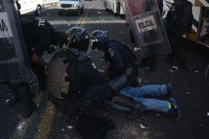 Los agentes policiacos y los normalistas se enfrentaron en tres ocasiones sobre el libramiento Chilpancingo-Tixtla, lo que dejó un saldo de al menos 20 jóvenes lesionados, de ellos 10 graves.