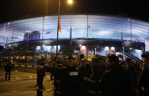 En el estadio estaba presente el primer ministro de Francia, François Hollande, pero fue evacuado cuando se conocieron los ataques. En esa zona habrían fallecido al menos tres personas.