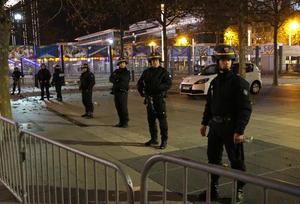 La policía está en el lugar, frente a un restaurante en el décimo distrito.