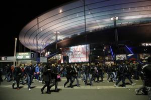 El Stade de France fue cerrado tras varias explosiones
