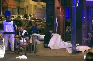 Tiroteos y explosiones en varios puntos de París habrían dejado más de 60 muertos y al menos 100 rehenes en el centro de artes Bataclan.