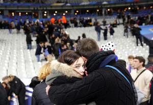 Los ciudadanos franceses muestran su dolor ante los ataques al país.