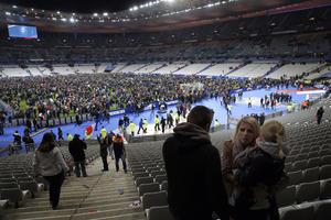 Los espectadores del partido ingresaron a la cancha tras explosiones en el Stade du France.