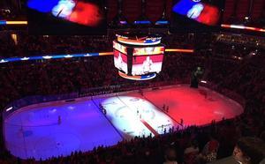 En Washington, el estadio del equipo de hockey sobre hielo de los Washington Capitals tiñó la pista, las pantallas, los marcadores y toda luz que iluminaba el espacio con el azul, rojo y blanco.