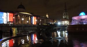 Una de las ciudades en las que más se ha visto el rojo, blanco y azul de la bandera francesa ha sido la capital británica, donde se iluminaron con estos colores la National Gallery, en Trafalgar Square, y el puente de Londres.
