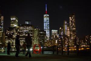 El One World Trade Center, también conocido como la torre de la libertad y que se erige en la zona donde se encontraban las Torres Gemelas, derribadas en los atentados del 11 de septiembre de 2001, realizó así un homenaje a París.