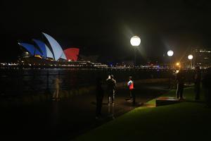 La Ópera de Sidney también se tiñó de azul, blanco y rojo.