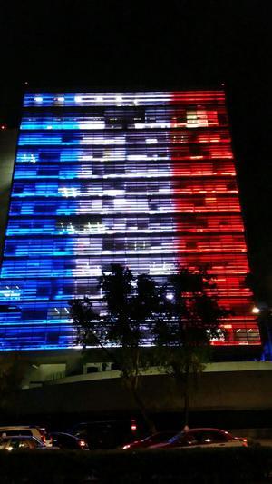 Monumentos del Paseo de la Reforma así como la sede del Senado en México lucieron los colores de Francia.