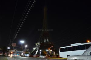 En Gómez Palacio, la réplica de la Torre Eiffel se apagó en solidaridad por los atentados.