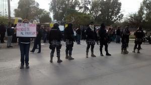 En un intento de bloquear la sede, los agentes a empujones retiraron a los inconformes sin que se registraran lesionados.