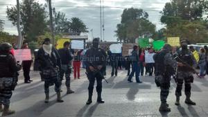 Elementos fuertemente armados custodiaron las instalaciones del Instituto Tecnológico de Torreón, en donde se manifestaron docentes por la aplicación de la evaluación de permanencia.