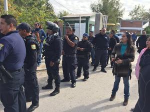 Poco a poco fueron llegando los elementos policiacos para vigilar la manifestación.