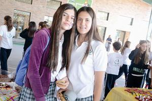 14112015 POSAN PARA LA FOTO.  Verónica y Daniela.