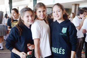 14112015 EN EVENTO ESCOLAR.  Sofía, Ana Paola y Natalia.