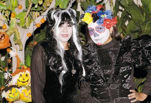 14112015 FIESTA DE DISFRACES.  Rocío y Cristina.