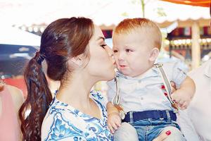 14112015 EN BAUTIZO.  Franco con su mamá, Karen Domínguez.