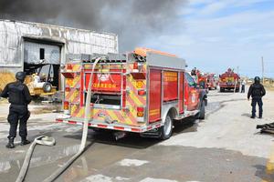 La zona del siniestro también fue acordonada para evitar lesiones ante posibles derrumbes de techos.
